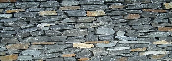 tante piccole pietre inserite in un muro a secco