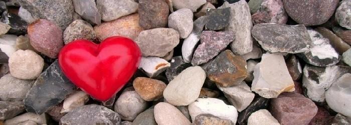 alcuni ciottoli ed un grande cuore rosso