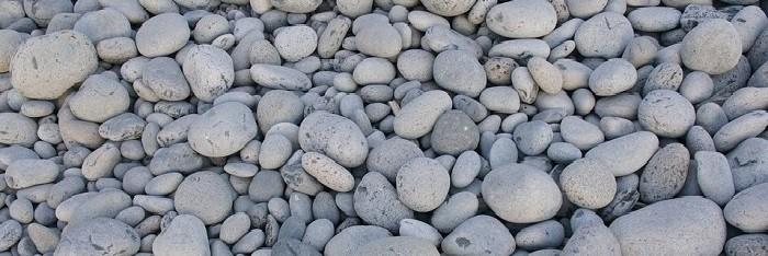piccole pietre di mare di colore grigio