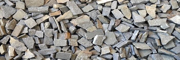 piccole pietre squadrate di colore beige