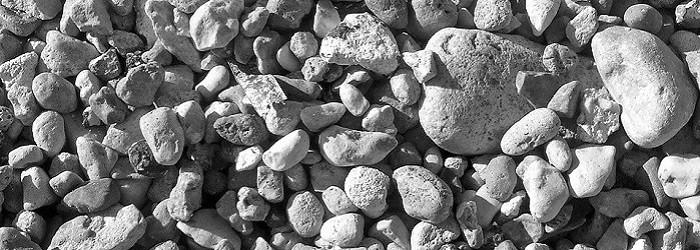 pietre di varia grandezza in bianco e nero